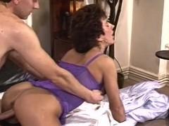 قرنية زوجته Doggystyle مارس الجنس في الملابس الداخلية مثير
