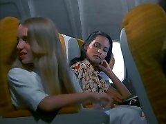 आबनूसी काले बाल वाली समलिंगी स्त्रियां, Emanuelle सिर देता है और सफेद डिक सवारी, शीर्ष पर