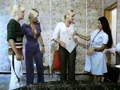 Piecas meitenes karsta kā lava