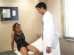 Jeany 벌 als hilfreiche Krankenschwester