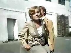redki poljski filmski prizor 1980 z belimi satenastimi hlačkami