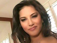Sunny Leone - پرستار در کلاه خود