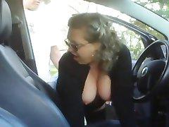 Zrela žena jebanje s dječakom u svom automobilu