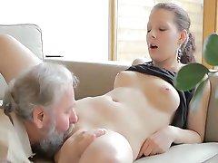 Kåta gamla mannen knullar son's flickvän