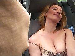 Jungs gangbang hot chicks im geparkten Auto