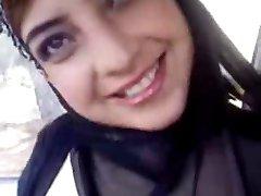 Hot arab blinken Ihre Titten im Auto