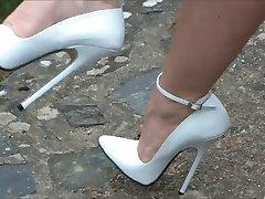 مگا کفش پاشنه بلند, در بیرون