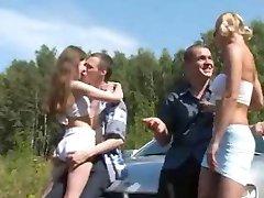 Topla vanjski ruski kvartet za seks u automobilu