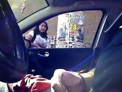 Indijski tip pokazati kurac u automobilu