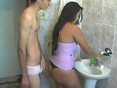 لاتین, سکس در حمام, قبل از رفتن به محل کار