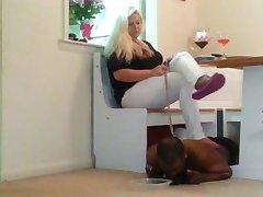 ori tüdruk söömine maha põrandale all oma Jumalanna jalad