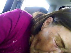 Najstariji korejski Azijski žena usisava suhi Bi-bi-si u automobilu