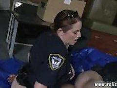 A polícia homem fode a mãe e o amigo do