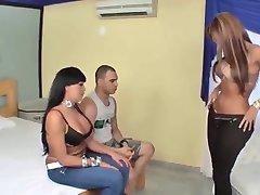 Latina peituda Tgirls e um cara trio