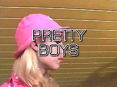 Quente tranny em cor-de-rosa chapéu chupa e fode na mesa da sala de jantar