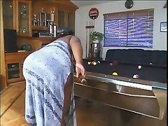 زن زیبای چاق در استخر جدول