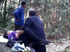 مردان مسن در چوب