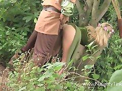 Jadna djevojka Тинкербелл dobiva joj dupe i maca srušio u šumi Knobinhood