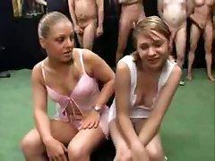 دو 18 yo دختران, سوراخ افتخار