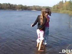 tonåring modeller fingering av floden