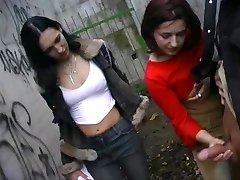 یک دختر گاو توسط 2 دختران, زنان پوشیده و مردان برهنه