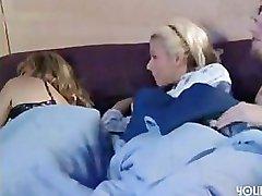 Ema magab ja tüdruk mängida koos oma tütre