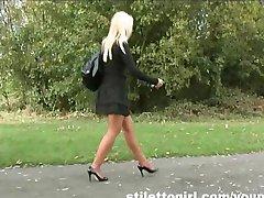 Stiilne blond sekretär annab oma kinnismõte a stur kontsad