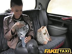 FakeTaxi Tetovirane hottie zajebal na taksi backseat