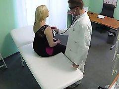 سميكة شقراء يحصل المريض عارية لها الطبيب