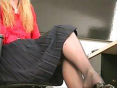 Kõhn, seksikas blond coworker ribadeks ja mängib koos dildo kontoris