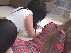 उनके होमवर्क कर रही है