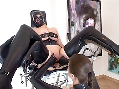 Holení lesby - s latex a BDSM