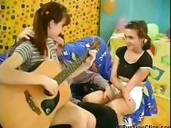 Krievu meitenes pieturas spēlējot ģitāru un sūkāt un fuck viņam cum