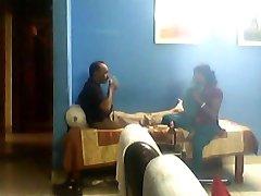 Indijos vyras sušikti savo jaunų sali nesant jo žmona