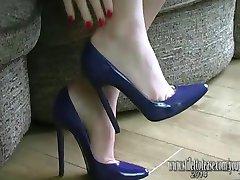 Menina bonita com pernas longas, endurece seu fetiche vestindo lingerie sexy e salto alto