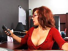 Leuke pik zuigen redhead neemt klaarkomen van de zwarte man in het kantoor