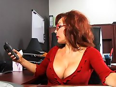 Sevimli horoz emme redhead ofiste siyah adam emme
