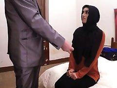 Sevimli umutsuz Arap kızı amcık ağzına alır ve