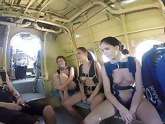 Αστεία ρωσική ελεύθερη πτώση με αλεξίπτωτο με γυμνά κορίτσια