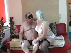 Pullukka vaimo imee ja nai sängyllä