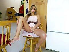 Pietų gražuolė brunetė žaidžia su dildo virtuvėje