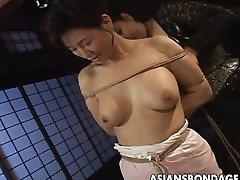 아시아 아름다움에 밧줄에 속박 scene