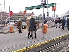 2 kinky blondīnes meitenes riskanti pissing