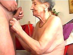 bunica îi place să cânte la flaut 1