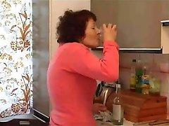 močiutė masturbuojantis su butelis