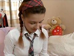 Лара школьница