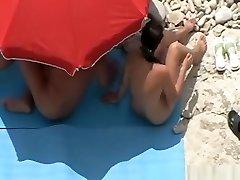 dekle poteze in nekaj jebe v plaži