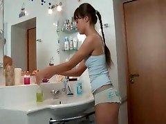 Leuk slank russisch meisje geneukt in de badkamer