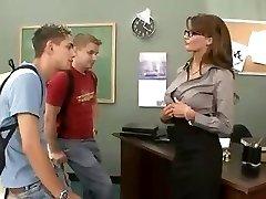 Busty brünett õpetaja fucks ja imeb tema kaks õpilast threesome