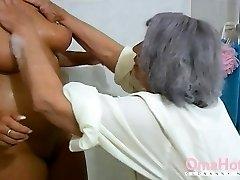 omahotel vanaema ja küps mängivad koos